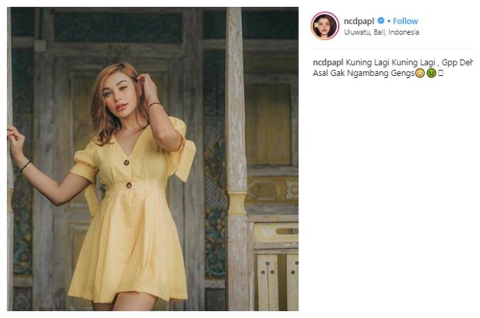 Nora Alexandra tampil seksi dengan button dress. (Instagram/@ncdpapl)