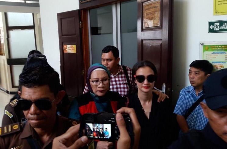 Atiqah Hasiholan dampingi Ratna Sarumpaet. (Matamata.com/Suci Febriastuti)
