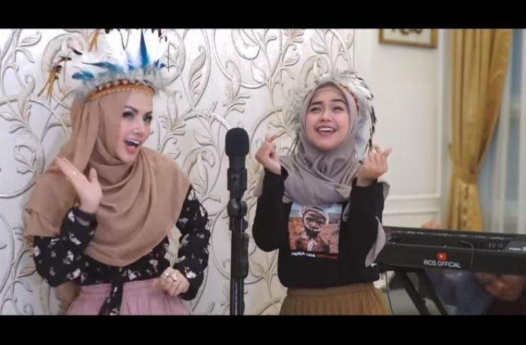 Barbie Kumalasari dan Ria Ricis. (Youtube/RiaRicisOfficial)