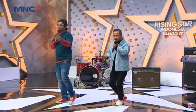 Pasha Ungu dan 'kembarannya', Afit. (YouTube/Rising Star Indonesia Dangdut)